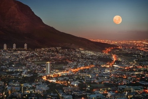 Skyline of South Africa - Sun and mountain - City in South Africa - Want to work here? Click to Careertrotter now for language jobs
