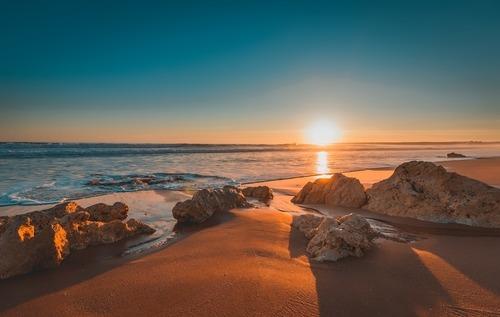 Strand bij zonsopkomst - werken in Portugal