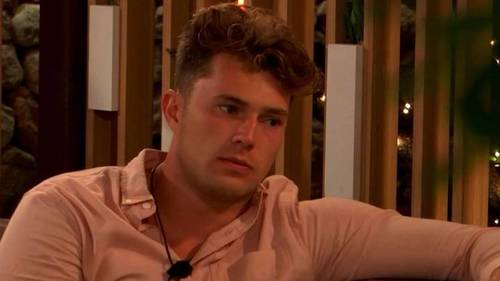 Curtis from Love Island 2019 giving someone advice
