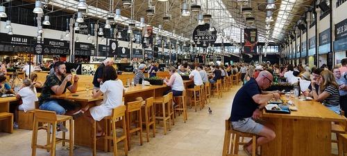 Food Hall in Lissabon - Leben und Arbeiten in Portugal