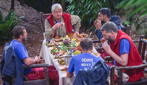 i'm a celebrity 2017 cast eating dinner