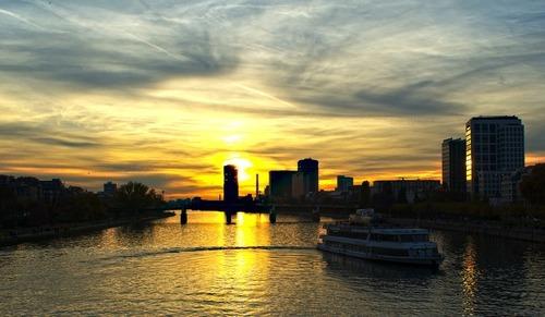 Zonsondergang boven rivier - werken in Duitsland