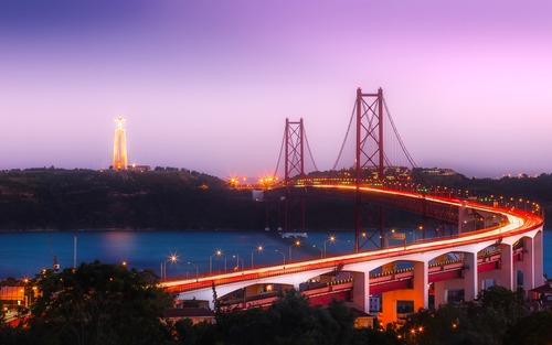 Brug in de avondgloed - werken in Lissabon